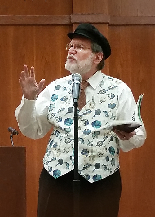 Scott Davis Performing Chanukah Tales from Oykvetchnik